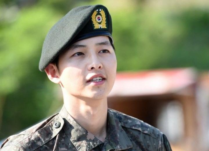 Kwikku, Nah yang satu ini pasti kenal kan Ini bukan Yoo Si Jin saat main Descendent of The Sun melainkan Song Joong Ki yang wajib militer pada tahun  yang lalu