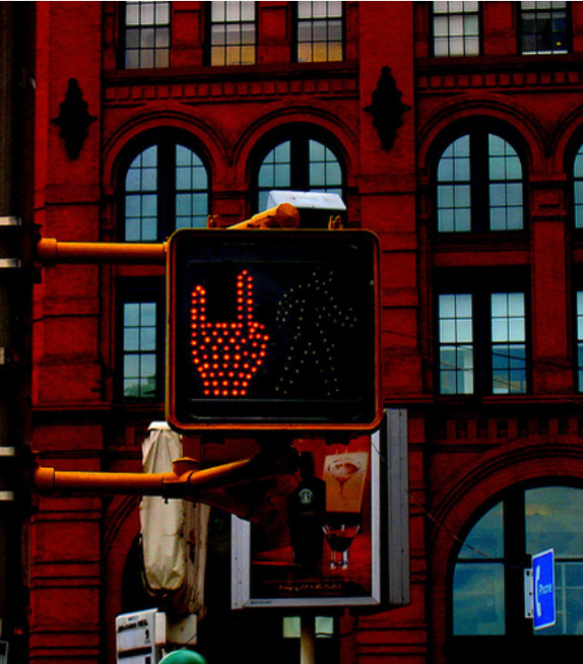 Kwikku, Beda lagi dengan New York yang memiliki tanda metal di lampu TLnya
