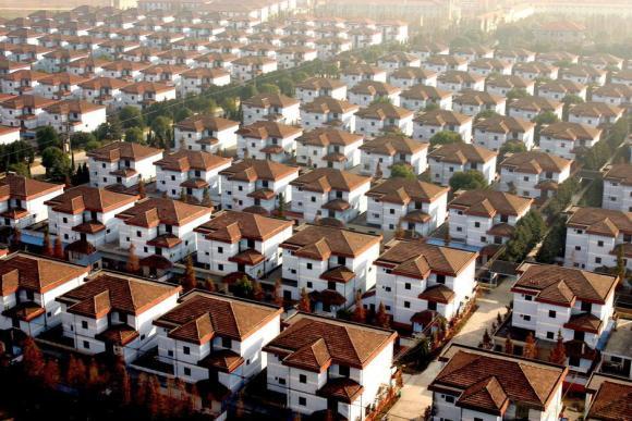 Kwikku, Semua bangunan dirancang seperti villa mewah yang serupa dan berjajar rapi dari utara ke selatan dan barat ke timur