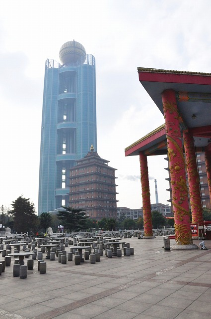 Kwikku, Pada tahun  Huaxi menghabiskan  triliun rupiah untuk membangun gedung pencakar langit ini