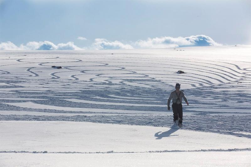 Kwikku, Foto ini adalah momen dimana seseorang membuat gambar besar dari salju dengan menginjaknya