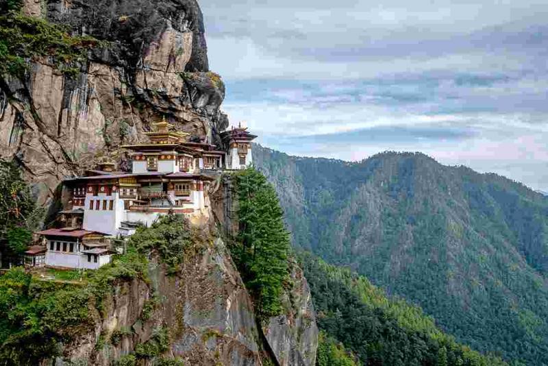 Kwikku, Bhutan Karena letaknya yang kurang strategis dan cukup terisolir Bhutan tidak bisa dijangkau oleh negara yang ingin menjajahnya