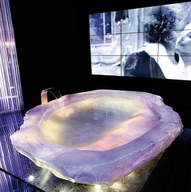 Kwikku, Bathub super  mewah dari potongan batu kristal dengan harga Rp  miliar