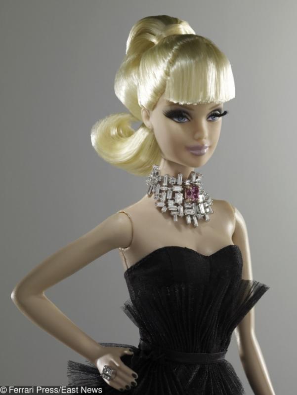 Kwikku, Boneka barbie yang berkalung berlian ini dijual dengan harga Rp  miliar gaes Yakin mau berli