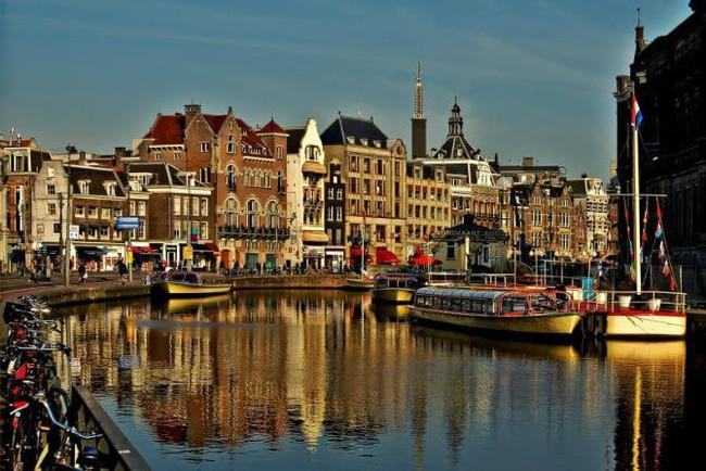 Kwikku, Amsteradam Belanda memiliki   miliarder Amsterdam sendiri dikenal sebagai rumah bursa saham tertua di dunia Perusahaan modern yang ada disana meliputi Phillips Heineken International atau ING Group