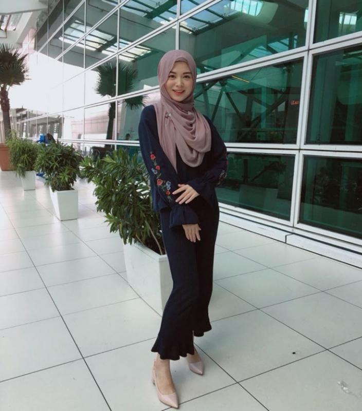 Kwikku, Ayana juga berani memakai baju berwarna gelap dengan setelan seperti ini pun juga bisa kamu tiru untuk kamu yang menghadiri acara formal