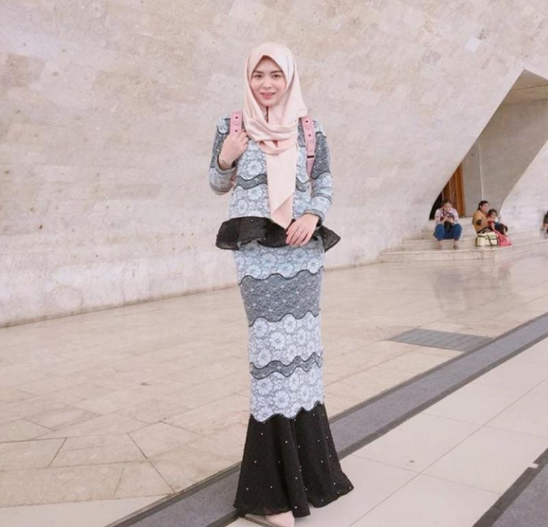 Kwikku, Setelan panjang dengan hijab menutup dada seperti Ayana juga ideal digunakan para muslimah