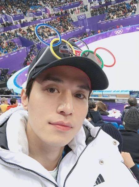 Kwikku, Aktor ganteng Lee Dong Wook juga kedapatan hadir menonton olimpiade tersebut lengkap dengan atributnya yang menarik