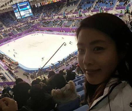 Kwikku, Artis cantik Kang Sora juga sempat selfie ditengahtengah serunya pertandingan di Olimpiade Pyeongchang