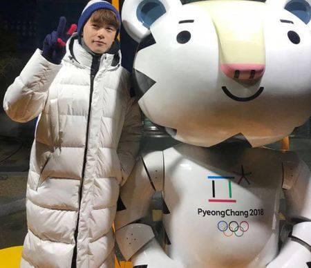 Kwikku, Eric Nam nggak mau ketinggalan berfoto dengan maskot Olimpiade Pyeongchang