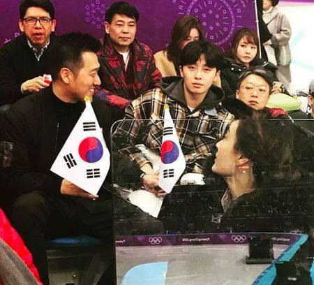 Kwikku, Park Seo Jun juga ingin memeriahkan Olimpiade Pyeongchang dengan hadir disana ia juga tak lupa memegan bendera Korea Selatan