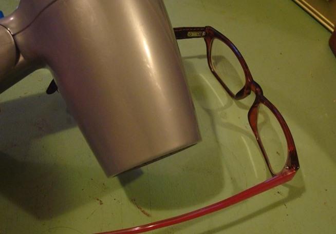 Kwikku, Bingkai kacamata plastik yang meregang bisa jadi diperbaiki dengan memanaskan bagian dengan hair dryer lalu tekuk dan rapatkan kembali bagian yang meregang