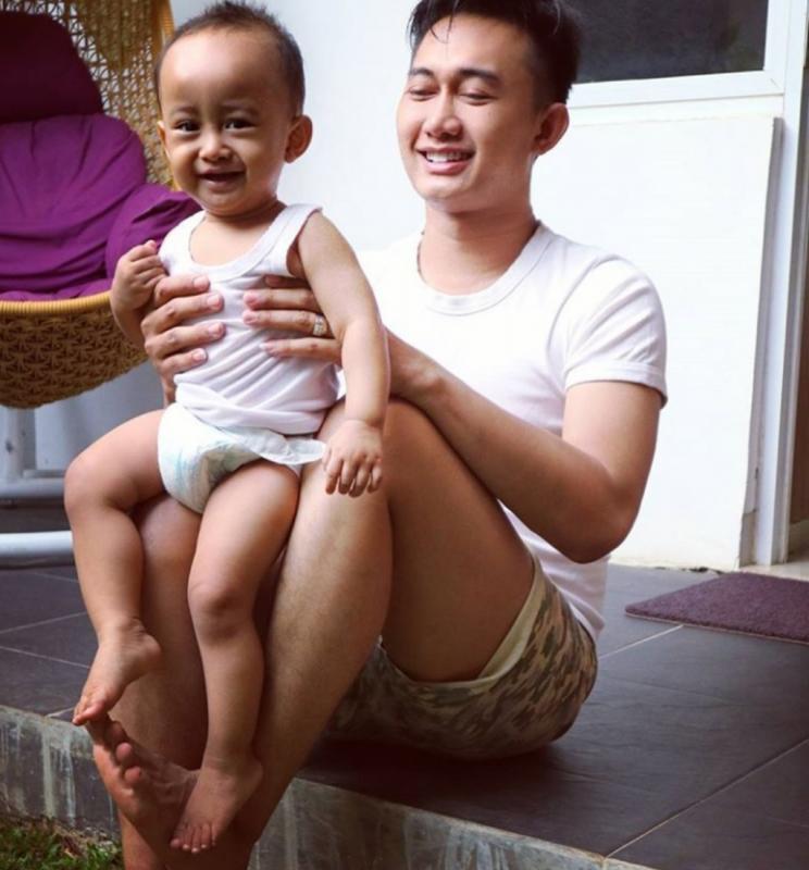 Kwikku, Tampak dari fotonya Boby seorang ayah yang tampak dekat dengan buah hatinya