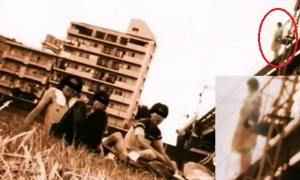 Kwikku, Orangorang dalam objek foto ini nggak sadar kalau ada seorang wanita yang berniat bunnuh diri diatas sebuah bangunan