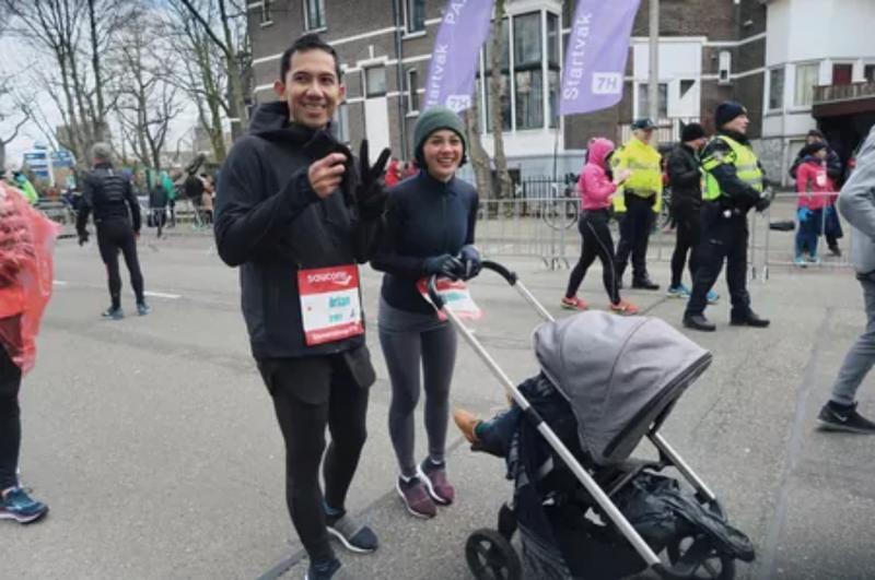 Kwikku, Pasangan tersebut sampai menyewa stroller untuk membawa serta Kawa dalam kompetisi lari marathon yang mereka ikuti