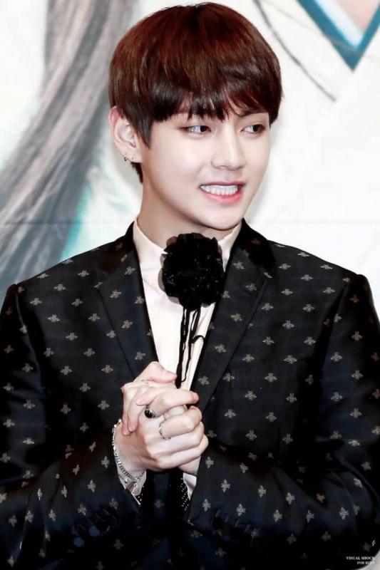 Kwikku, Saat konferensi pers drama Hwarang V terlihat mengenakan outfit keluaran Gucci dan lengkap dengan dasi bunga bolo ini