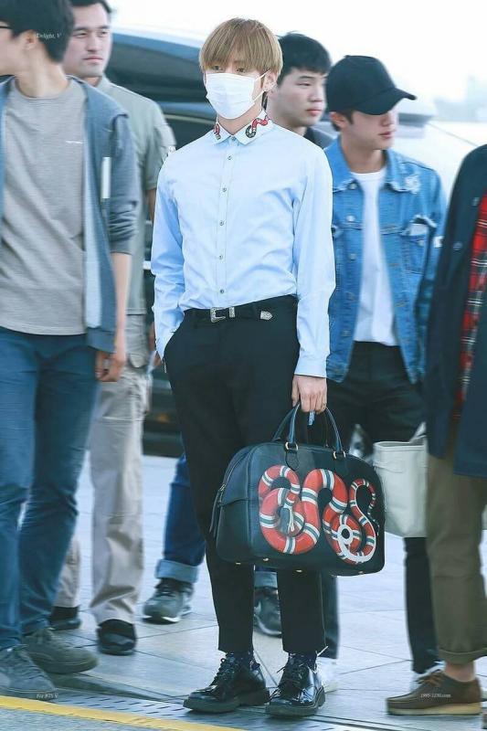 Kwikku, Saat di bandara V terlihat mengenakan setelan kemeja dengan corak senada dengan tasnya yang samasama keluaran brand Gucci