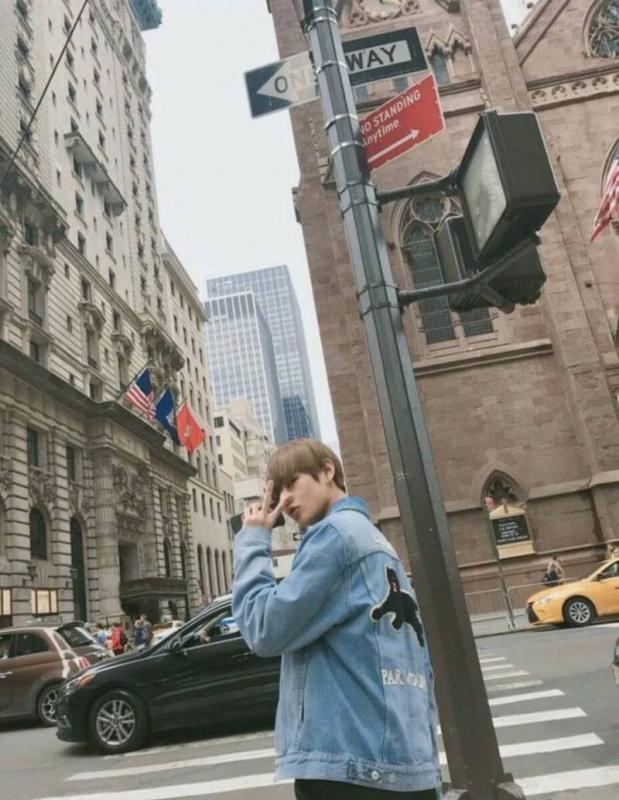 Kwikku, Latar belakang kota New York yang keren juga mendukung penampilan V BTS dengan jaket denim Guccinya