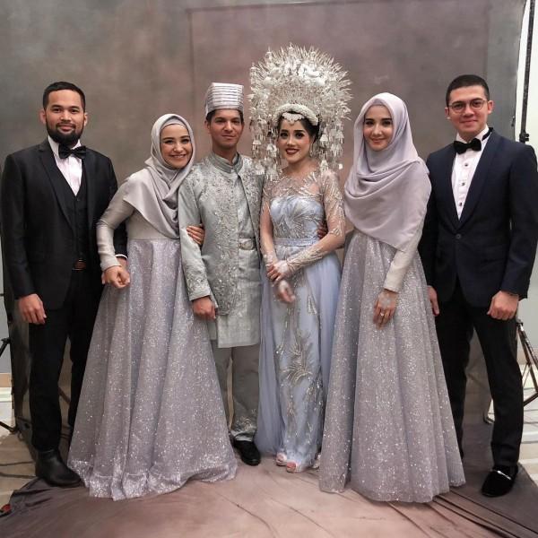Kwikku, Inilah momen bahagia pernikahan Yusuf dan Yofina yang berhasil diabadikan kamera Mereka terlihat gorgeous dengan baju yang elegan dengan kombinasi warna silver dan biru muda