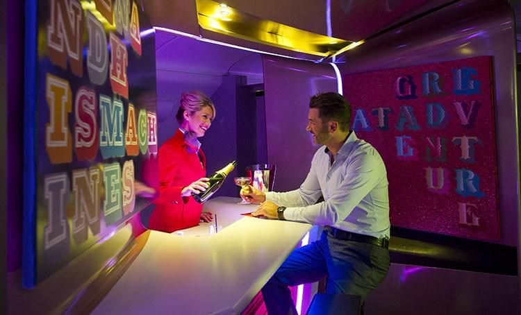 Kwikku, Virgin Atlantic asal New York memberi layanan berupa bar dan galeri untuk penumpang first classnya Layanan ini diresmikan pada Februari  lalu didalam gaelri terdapat karya Ben Eine yang terkenal dengan seni gaya tipografinya