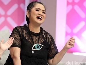 Kwikku, Penyanyi senior Vina Panduwinata ini sudah berkarya lebih dari  tahun loh gaes Nggak nyangka ya kalau ia sudah berumur  tahun