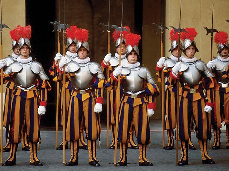 Kwikku, Tampaknya Yunani mempertahankan seragam penjaga dari dari bertahuntahun yang lalu ya Seragamnya mirip dengan baju pasukan yang kita tonton di film dokumenter