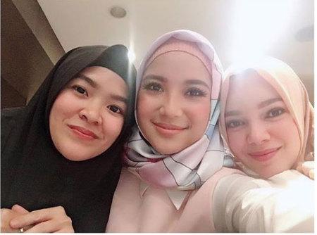 Kwikku, Dewi Sandra juga terlihat sempat berfoto dengan Chacha Frederica Terlihat adem ya melihat  wanita cantik yang berhijab ini