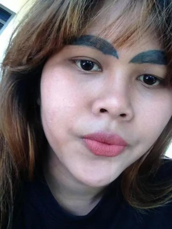 Kwikku, Hasil sulam alis Kanyarat Dew Chalchan malah terlihat seperti siput raksasa yang membingkai wajahnya Saking frustasinya Kanyarat Dew Chalchan sampai curhat di Facebook