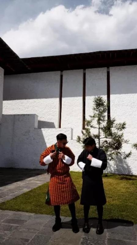 Kwikku, Sesampainya disana baik Niki dan Indra terlihat mengenakan pakaian khas Bhutan yang tertutup Wajar saja karena udara disana juga tergolong dingin