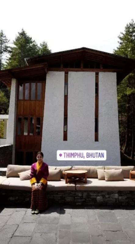 Kwikku, Niki tetap terlihat cantik saat mengenakan baju adat khas Bhutan tersebut dengan pemandangan yang indah pula
