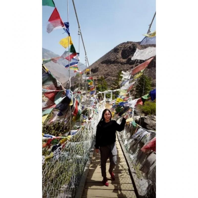 Kwikku, Bhutan memang tempat yang penuh dengan keindahan disana ada salah satu jembatan yang dihiasi berbagai bendera dari seluruh negara penjuru dunia