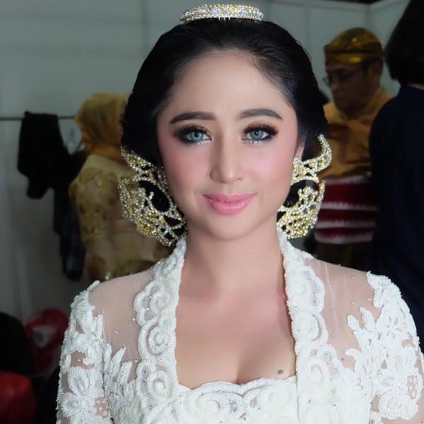 Kwikku, Dewi Perssik tampak cantik dengan menggunakan make up yang tidak begitu heboh