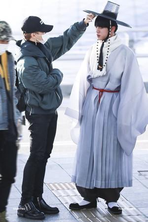 Kwikku, Entah apa alasannya Jin BTS pernah menjadi perbincangan karena airport fashionnya dengan hanbok khas Korea ini