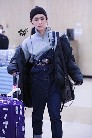 Kwikku, Key SHINee juga nggak luput dari komentar pedas karena gaya ribetnya saat berada di bandara seperti ini
