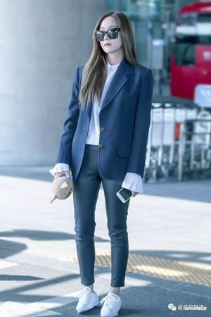 Kwikku, Jessica Jung memang dikenal sebagai fashionista namun ia terlihat nggak pas saat menggunakan celana ketat saat berada di pesawat Apa lagi jika berada dalam waktu yang lama ya