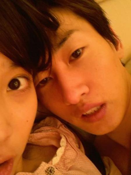 Kwikku, IU secara tidak sengaja pernah mengunggah foto bersama Eunhyuk di akun twitternya kemudian IU langsung menghapusnya Agensi membantah bahwa mereka berpacaran