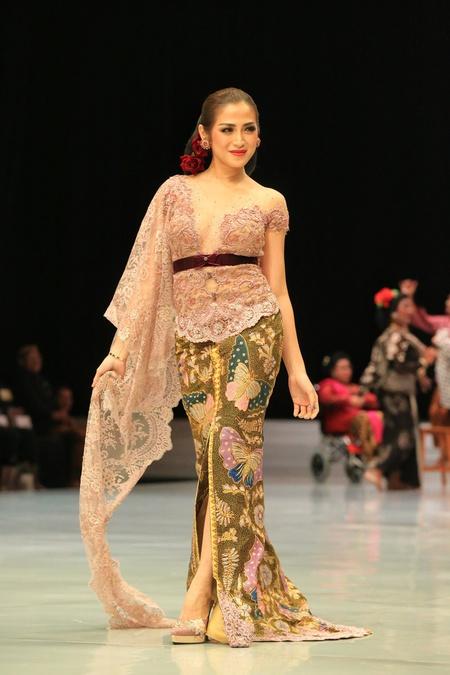 Kwikku, Begitu pula dengan Jessica Iskandar anggota girlsquad ini juga terlihat tampak anggun kayaknya wanita Jawa dengan kebaya wana pastel ini