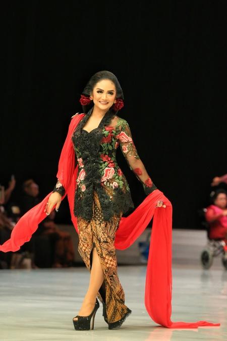 Kwikku, Saat Nia Ramadhani dan Jessica Iskandar memakai kebaya warna pastel pesona Krisdayanti yang memakai kebaya warna hitam yang dipadukan merah ini juga nggak kalah memesona