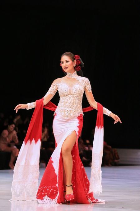 Kwikku, Sang Putri Indonesia tahun  Maria Selena juga terlibat dalam karya Anne Avantie Dengan kakinya yang jenjang Maria tampak seperti model profesional