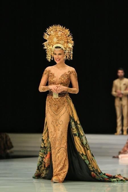 Kwikku, Sedangkan penampilan Shopia Latjuba tampak sangat istimewa seolah dengan kostum kebaya bernuansa emas bak seorang pengantin