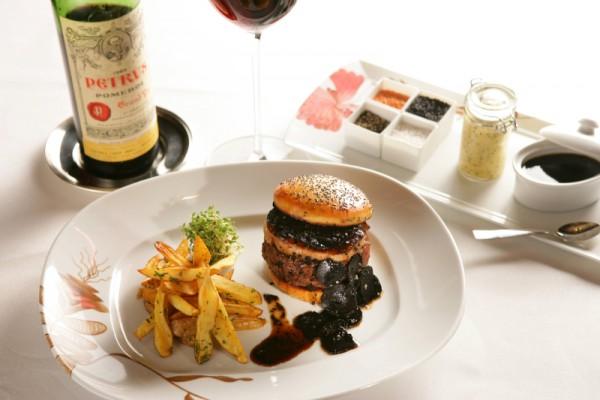Kwikku, Fleur Burger ini dibuat dengan kombinasi bahan wagyu truffle foie grass dan sebotol anggur Harganya mencapai Rp  juta