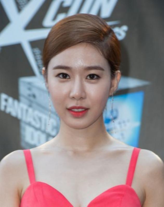 Kwikku, Yoo In Na pernah mendapat perlakuan istimewa saat masih sekolah Ia yang sudah menjadi trainee saat itu diperbolehkan memanjangkan rambut sedangkan murid lainnya dilarang Banyak teman Yoo In Na yang tidak suka dan mulai mengganggunya