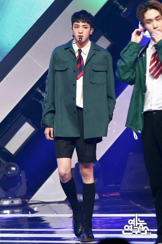 Kwikku, Wooseok yang merupakan anggota Pentagon tampaknya benarbenar layak dijuluki raksasa dengan tingginya yang mencapai  cm Tinggi Wooseok tersebut termasuk yang paling tinggi diantara idol KPop lainnya