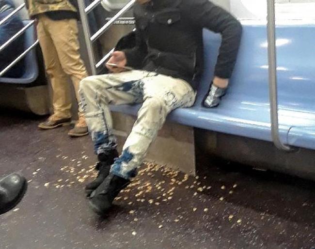 Kwikku, Ternyata diluar negeri juga ada orang yang buang kulit kacang sembarangan ya Tapi yang ini sih keterlaluan