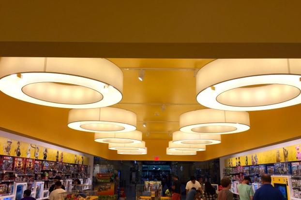 Kwikku, Desain lampu berbentuk lingkaran di toko mainan ini terlihat mirip dengan bentuk lego yang dijual