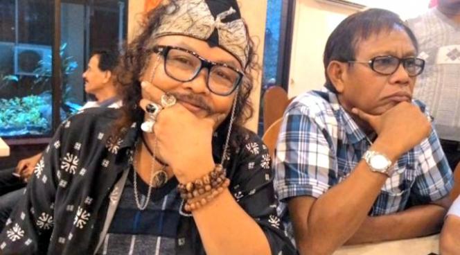 Kwikku, Sama seperti Tessy kita juga tahu bahwa penyanyi senior Jhonny Iskandar selalu tampil nyentrik dengan cincin akiknya Jhonny juga mengenakannya dibeberapa jari tangannya