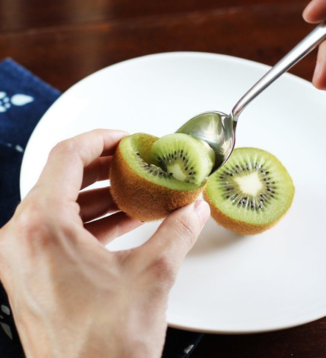 Kwikku, Sebenarnya tanpa mengupas kulit kita bisa memakan buah kiwi dengan mudah Caranya hanya dengan memotongnya jadi dua bagian dan mengambil dagingnya dengan menggunakan sendok