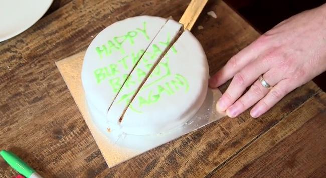 Kwikku, Sebenarnya cake atau kue ulang tahun lebih efisien diambil bagian tengahnya dahulu dengan cara memotongnya dan menyisakan dua bagian kue yang sama besarnya Cara ini diharpakan bisa membuat kue tidak kering saat masih ingin disimpan dan menyatukan kedua b