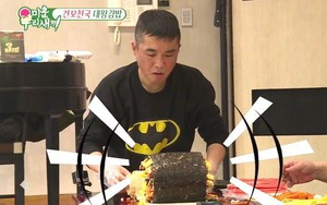 Kwikku, Kim Gun Mo yang tak lain adalah penyanyi senior seringkali memasakkan untuk staff dan temannya di hari perayaan