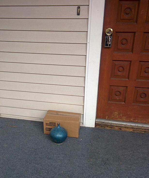 Kwikku, Kalau yang tadi ada yang meletakkan diatas atap ada juga yang nggak kalah kreatif meletakkan paket di bagian belakang vas